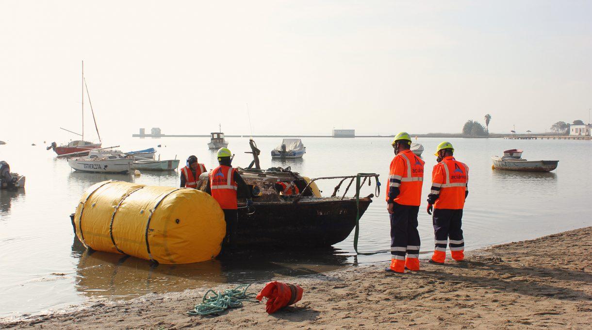 Reflotamiento de embarcaciones hundidas en el Mar Menor 2