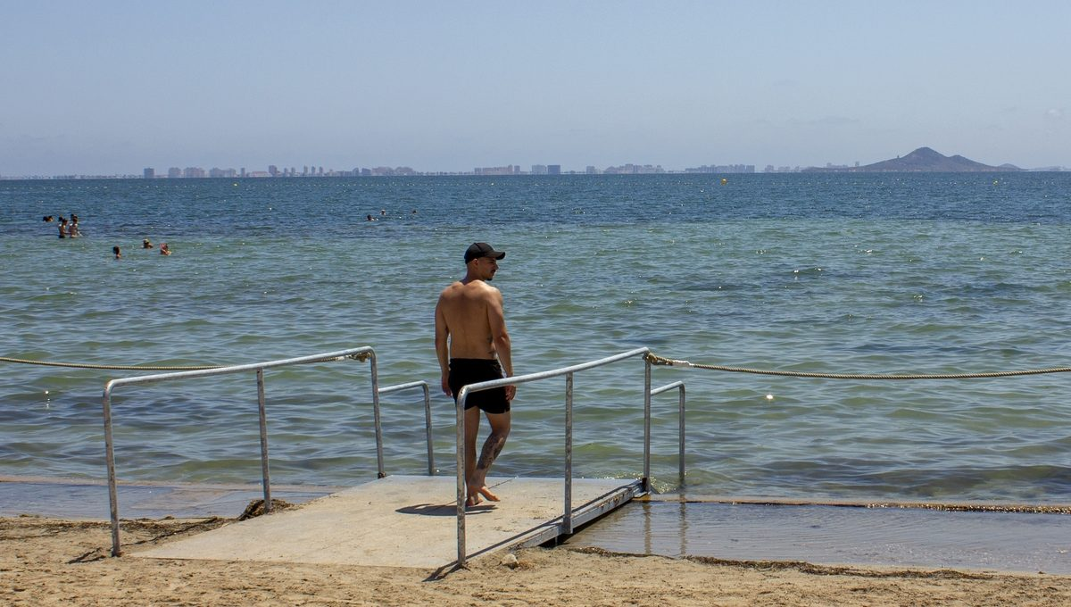 Pasarelas y escaleras de acceso al mar en playa de Los Narejos 4